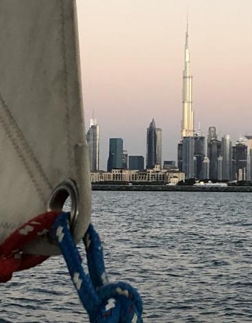 Vista di Dubai in barca a vela